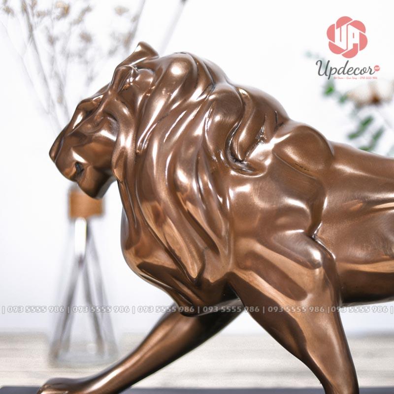 Các khối cơ bắp của sư tử được khắc họa rõ nét