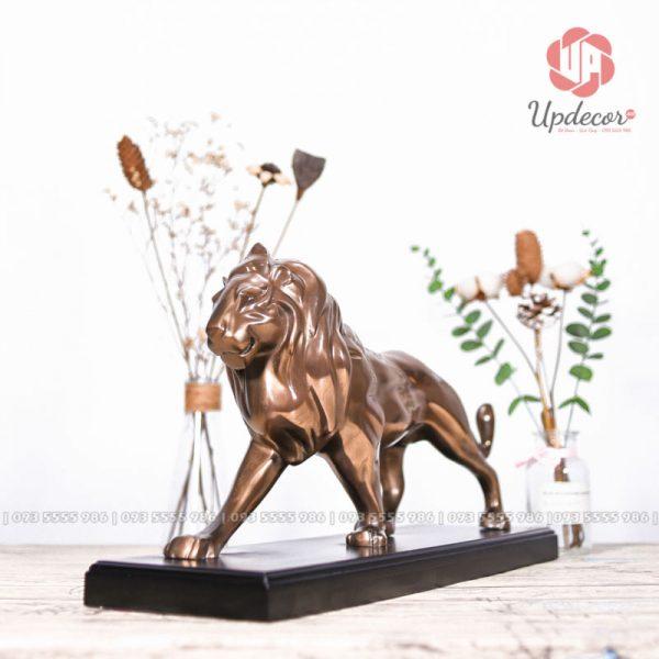 Tượng sư tử của Updecor cung cấp khắc họa hình ảnh một con sư tử đực đang đi bộ rất thong dong và điềm đạm trên thảo nguyên