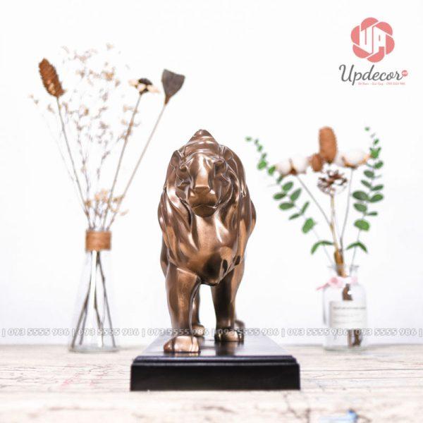 Hình ảnh chụp chính diện tượng sư tử cho thấy thần thái của ông vua đồng cỏ