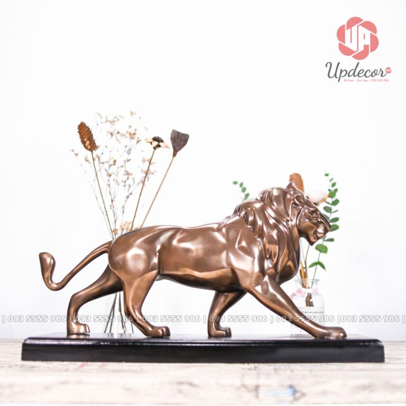 Tượng sư tử với chiều dài 50 cm, cao 30 cm, sâu 15 cm rất phù hợp để trang trí tại bàn làm việc, kệ tủ tivi phòng khách